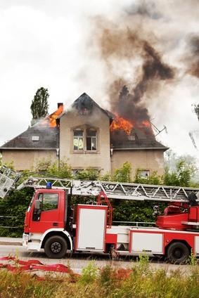 Feuerwehreinsatz beim Hausbrand : Was zahlt die Versicherung?