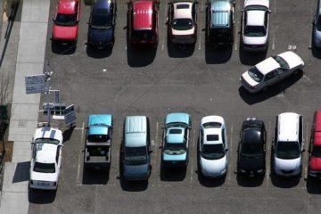 Parkplatzunfall zwischen zwei rückwärts ausparkenden Fahrzeugen