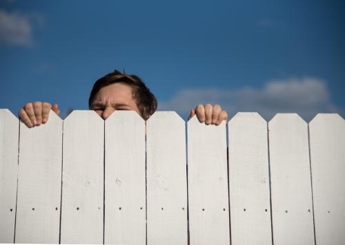 """Unzulässigkeit der Errichtung einer """"Sichtschutzwand"""" zum Nachbargrundstück"""