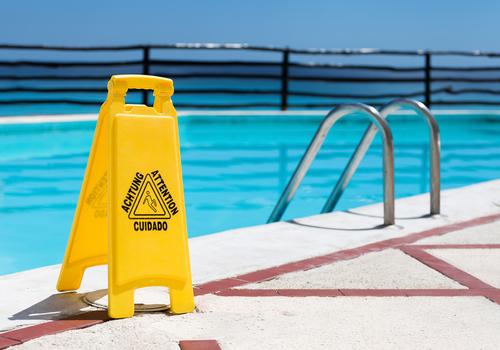Reiseveranstalterhaftung -Sturz nasse Fliesen im Schwimmbadbereich