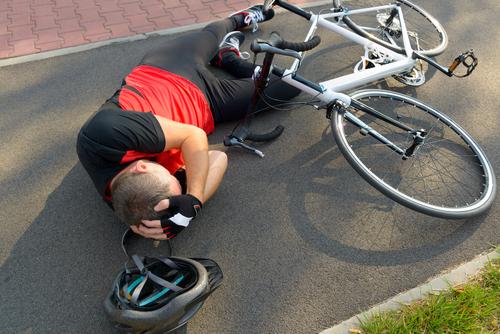Radfahrerunfall - Kopfverletzungen infolge des Nichttragens eines Fahrradhelms