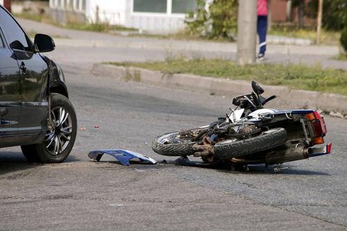Verkehrsunfall – Motorradfahrerhaftung bei Überholen trotz unklarer Verkehrslage