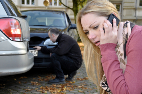 Verkehrsunfall - langsames Vortasten des Vorfahrtgewährenden in Einmündung