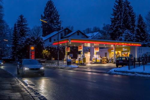 Verkehrsunfall - ausfahrendes Fahrzeugs von Tankstelle mit rückwärtsfahrendem Fahrzeug