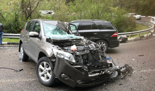 Verkehrsunfall zwischen abbiegenden Fahrzeug mit einem überholenden Fahrzeug